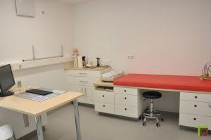 Behandlungsliege Arztpraxis