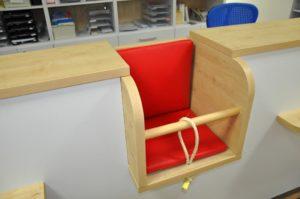 Kindersitzplatz im Anmeldetresen-ki08