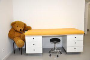 Behandlungsliege Kinderarztpraxis