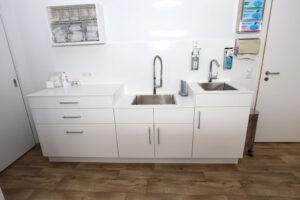Schrankzeile mit Waschbecken